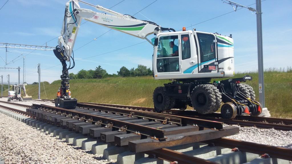 Railshine Rental et sa pelle rail-route UNAC 22TRR présent sur la construction de la ligne nouvelle grande vitesse Bretagne-Pays de la Loire (LGV BPL)