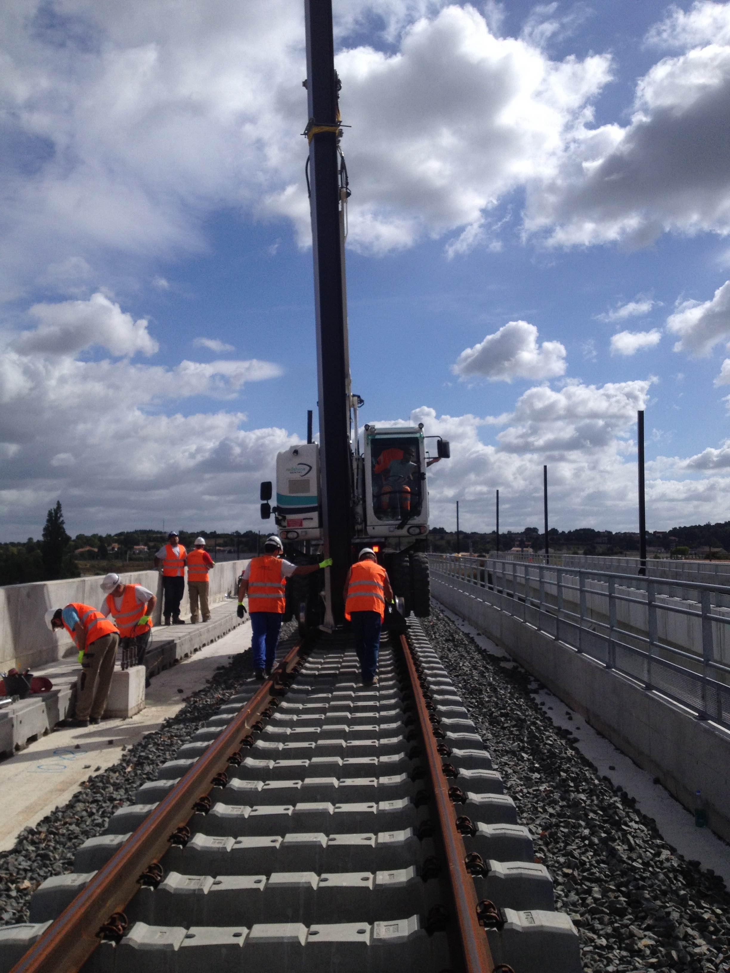 La pelle rail-route Railshine Rental travaille sur la LGV COSEA Tours Bordeaux.